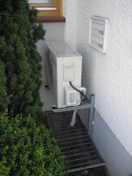 Darauf Auf Gummipuffern Die Wärmepumpe. Die Kältemittelleitungen, Strom   Sowie Datenkabel Verschwinden Im Darunter Liegenden Lichtschacht.